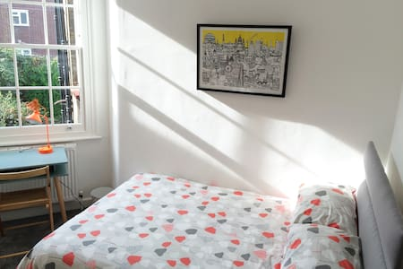 Cosy room in lovely, centrally located period flat - London - Lejlighed