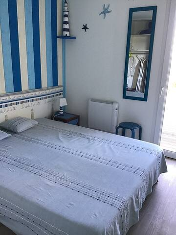 Chambre parentale 1 lit double donnant sur terrasse bois vue mer