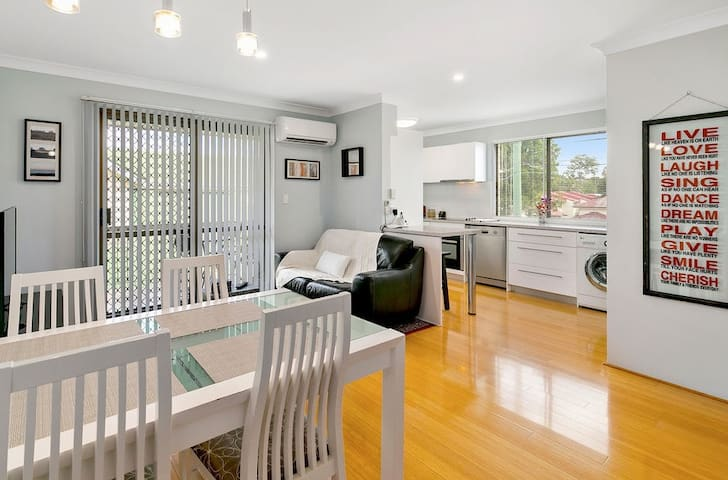 Stylish 2 Bedroom Unit - Aircon WiFi Phone Netflix