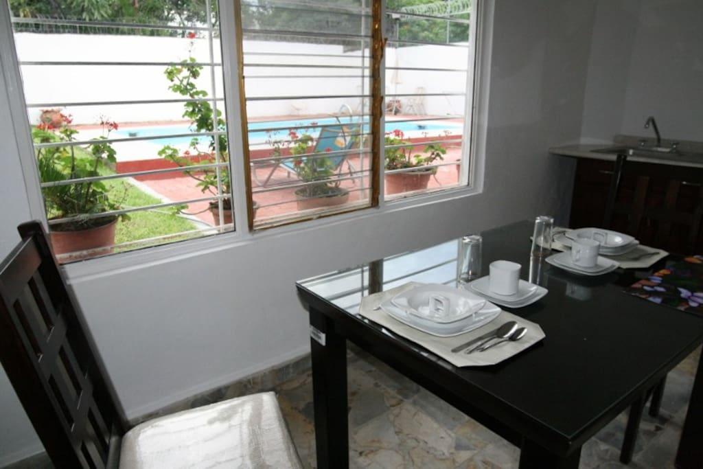 Dentro de la suite cuenta con desayunador y cocineta.