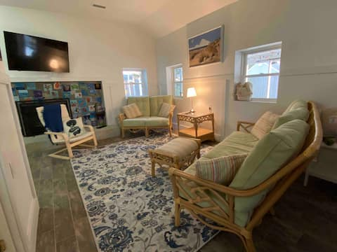 Cute 2 BR beach cottage a short walk to Ches. Bay