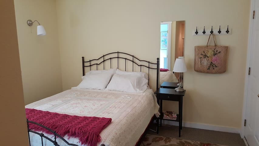 Cozy Garden Room in Historic Town - Silverton