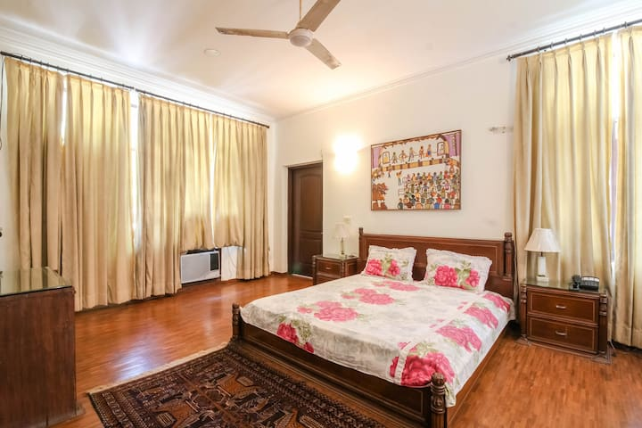 Private room in a lush green neighborhood of Delhi