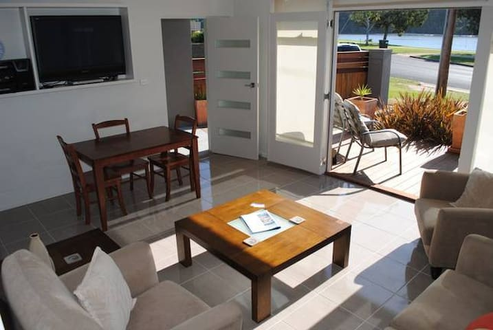 North Arm Waterfront Apartment - Lakes Entrance  - Daire