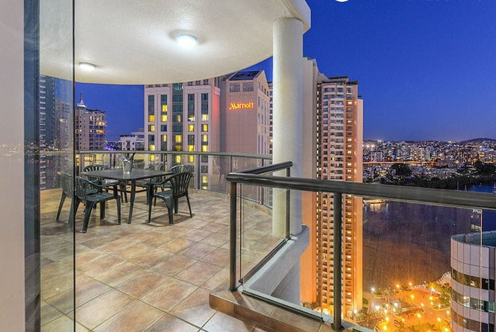 Private Main Bedroom With River and City Views - Brisbane - Apartment