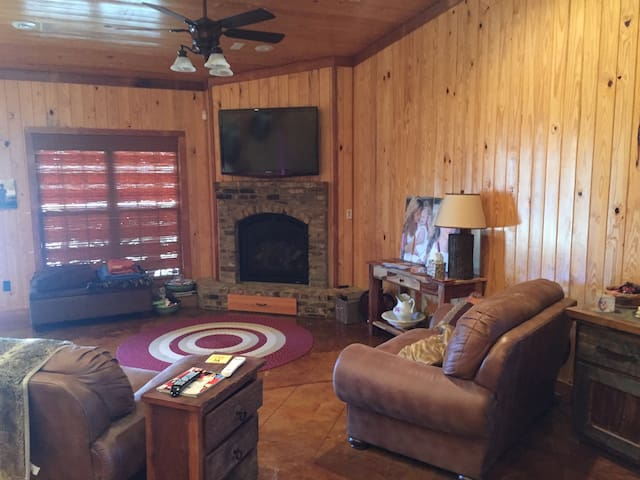 Sprawling Country Retreat-Football Games$600/night