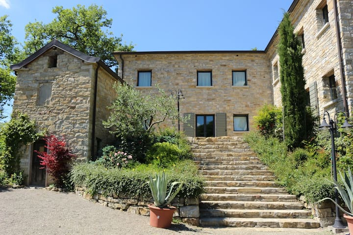 Elegant villa for 10 people with swimming pool in the Emilian hills