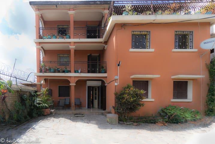 logement spacieux, bien équipé, parking & terrasse