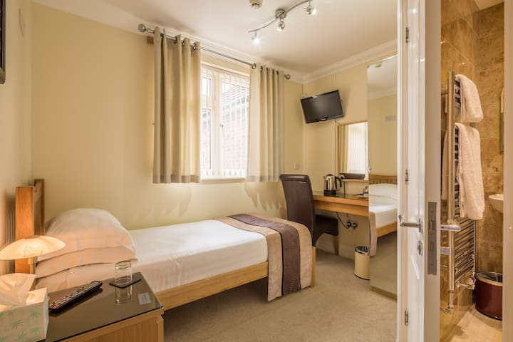 Single Room with En-suite  Room Only-FREE PARKING