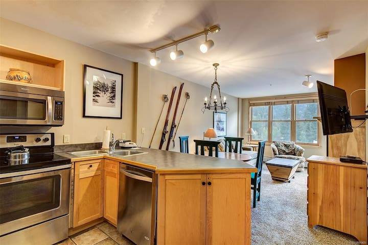Cozy condo in the middle of River Run w/ shared hot tub, walk to the gondola!