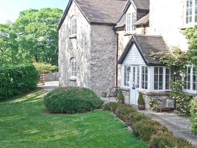 DISTYLL, pet friendly, country holiday cottage in Ruthin, Ref 15883