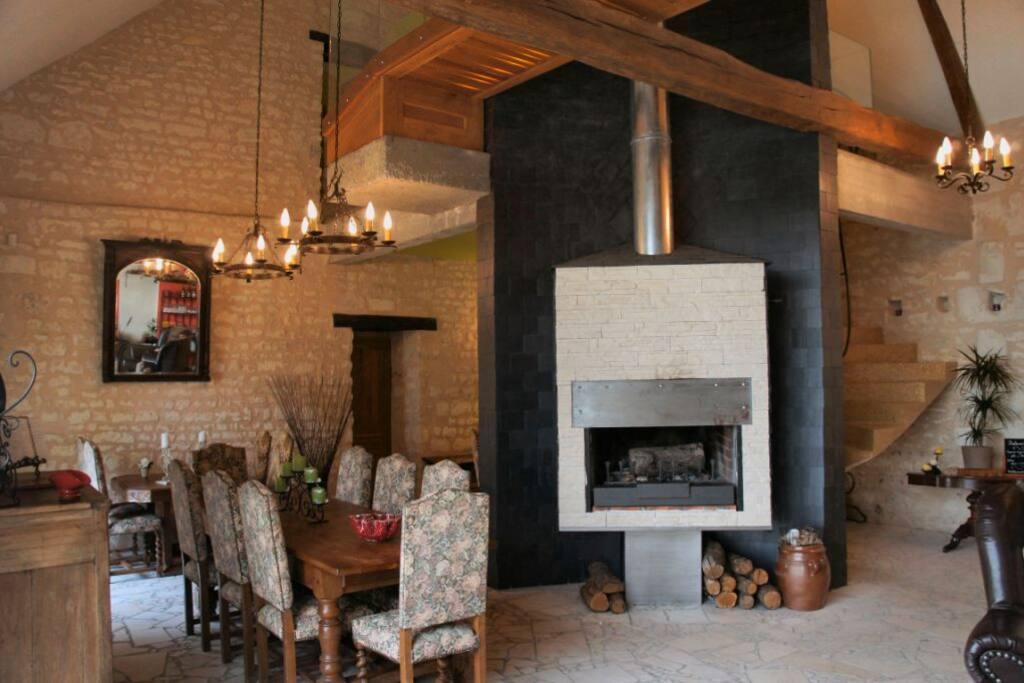 Pièce principale avec cheminée