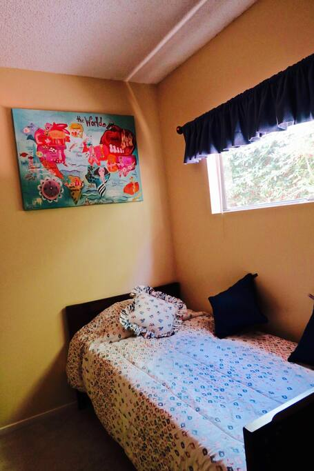 Kids Bedroom with 2 Twin-sized beds