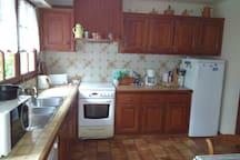 cuisine attenante à la pièce de vie et à la terrasse avec electro ménager complet