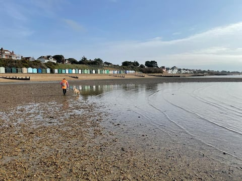 Stylish flat sleeps 4 - sea view - 1 min to beach