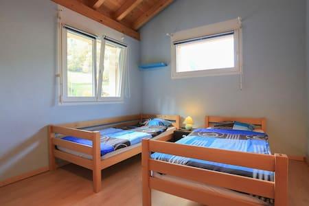 Chambre 2 lits dans villa spacieuse - Sembrancher