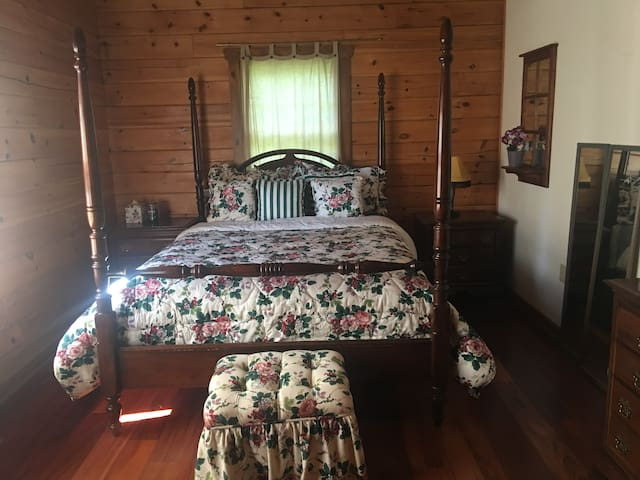 Garden View Antique Bedroom @ Picturesque Retreat