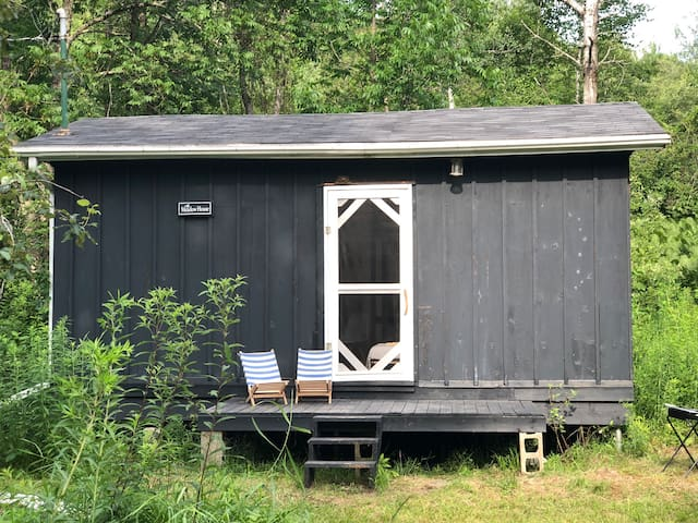 Une cabane directement sur le bord de la rivière