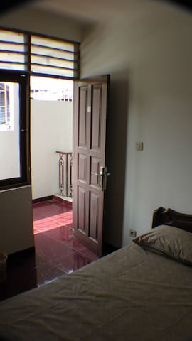 Comfortable Room with Double Bed and Shower - Grogol petamburan - Konukevi