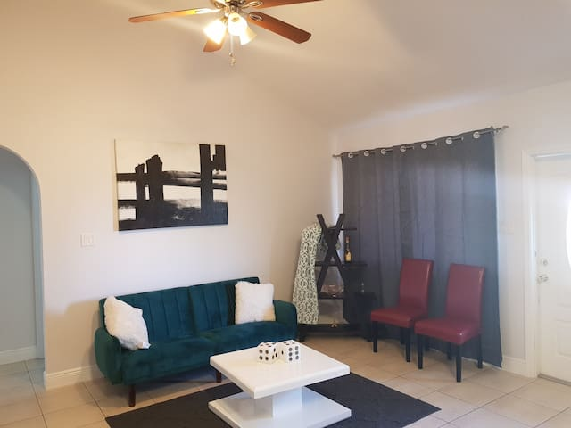 5 Minutes Drive To Spotts Beach! - Entire Home