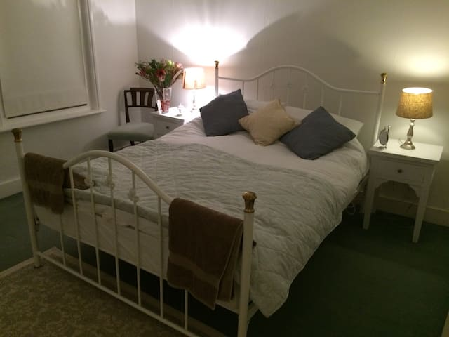 Double bedroom in character Surrey cottage - Ash Vale - Dom
