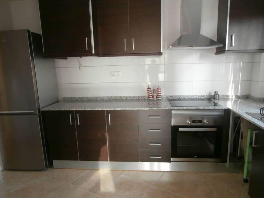 cocina equipada con electrodomésticos nuevos