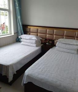 美丽的茶卡盐湖天空之镜湖畔的一家人家庭宾馆标准间