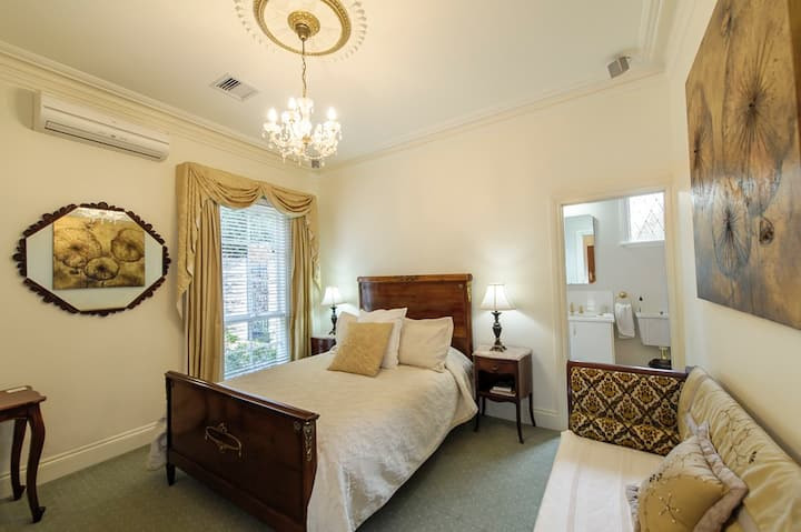 Luxury at Montfort Manor - Napoleon Suite