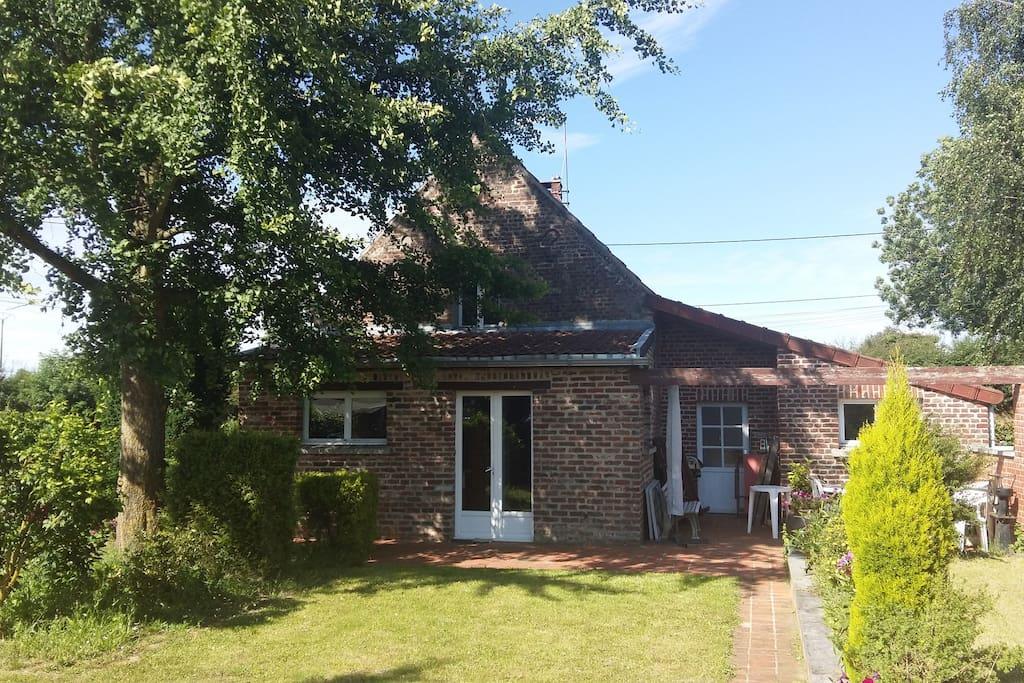 Charmante maison à la campagne avec parking, jardin arboré et clôturé.