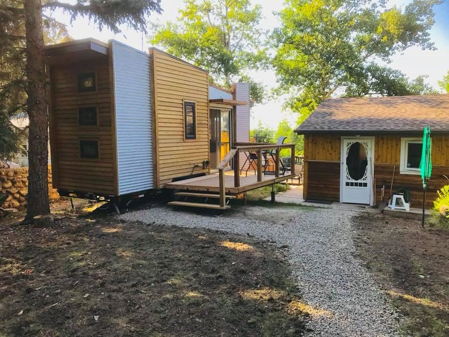 DragonFly Tiny House in Regina Beach, 5 minute walk to lake (downhill) and 10 more minutes walk west to the Beach and Center Street, with many great restaurants. You have a view of the lake, so you can watch the boats sailing up and down Long Lake.  Use of outdoor kitchen complete with charcoal, propane, smoker, outdoor sink and mini-fridge.