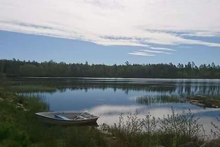 """""""Elisabets rum"""" nära till sjön med egen båt."""