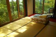 お布団でおやすみいただきます You can sleep on futon. This photo is taken in late spring time.