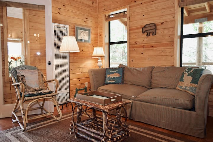 Bear Hugs Cottage - SECLUSION - Cozy Cottage - WiFi - Rustic Decor - Country Style Kitchen - Guest Favorite - Perfect for a Couples Getaway!