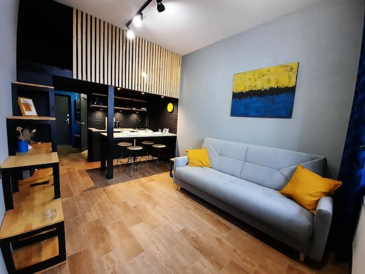 Стильная квартира-студия с кроватью-чердаком