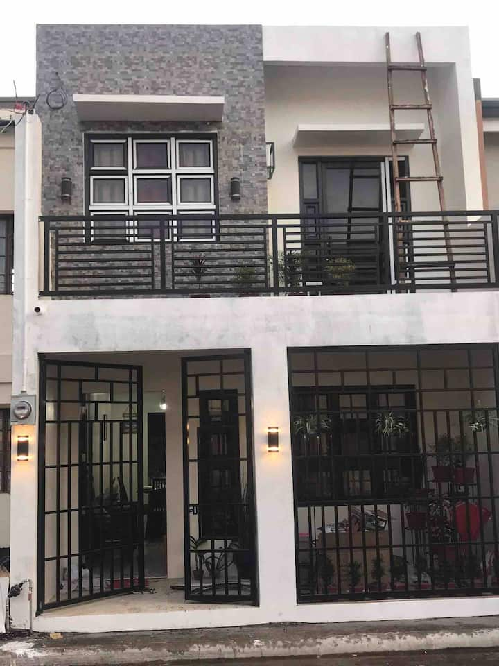 Charms Townhouse at Legazpi 》3BR》Fully Furnished