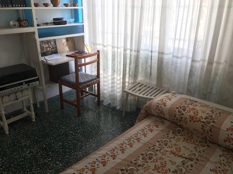 Habitación sencilla, en el centro de Alicante.