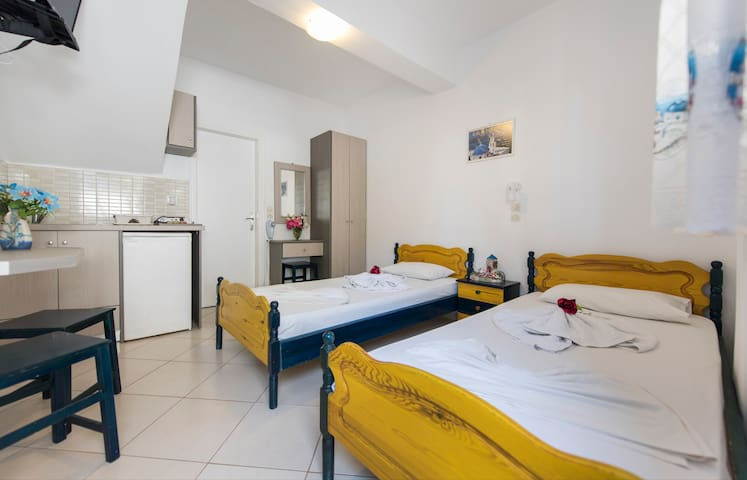 SANTORINI studio for 2 persons with free transfer - Thira - Bed & Breakfast
