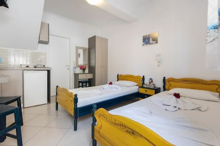 SANTORINI studio for 2 persons with free transfer - Thira