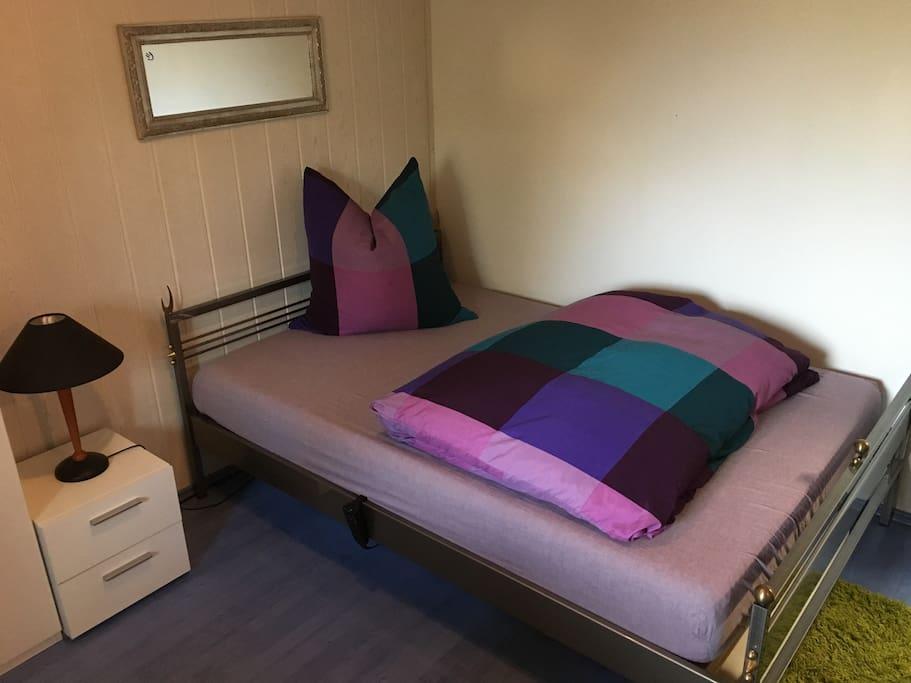 Ein Bett allein, zu zweit, zum lesen, zum fernsehen, zu skypen, WhatsApp'en, zum schlafen und zum träumen.