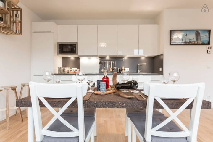 Dinning with four or more Enjoy your dinner in an open space living room with green gourmet ingredients from close by local supermarkets