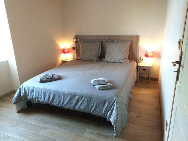 Chambre avec lit couchage 160 x 200 cm