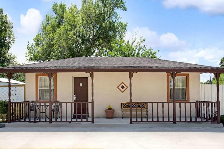 Near Downtown, Spacious & Private Cottage for 4!
