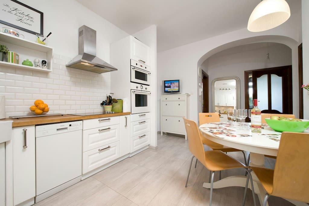 Kuchnia z widokiem na apartament