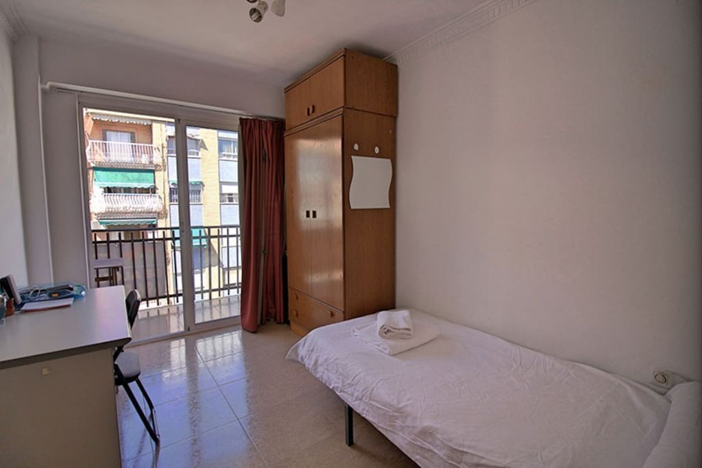 R2 single bedroom with balcony access,desk and closet