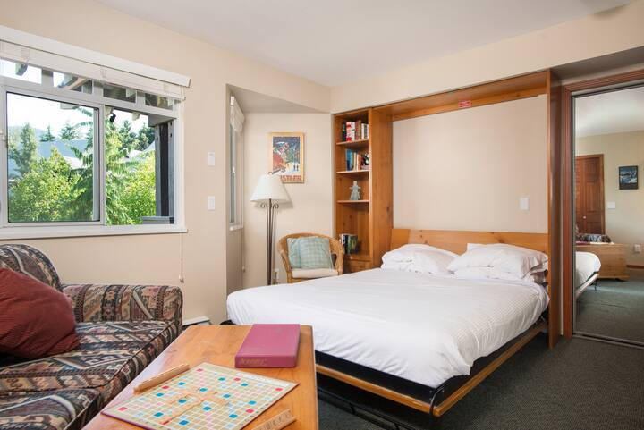 Cozy Studio in Whistler Village, Pet friendly, BBQ
