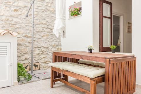 [DOWNTOWN SELINUS] Bright apartment with courtyard