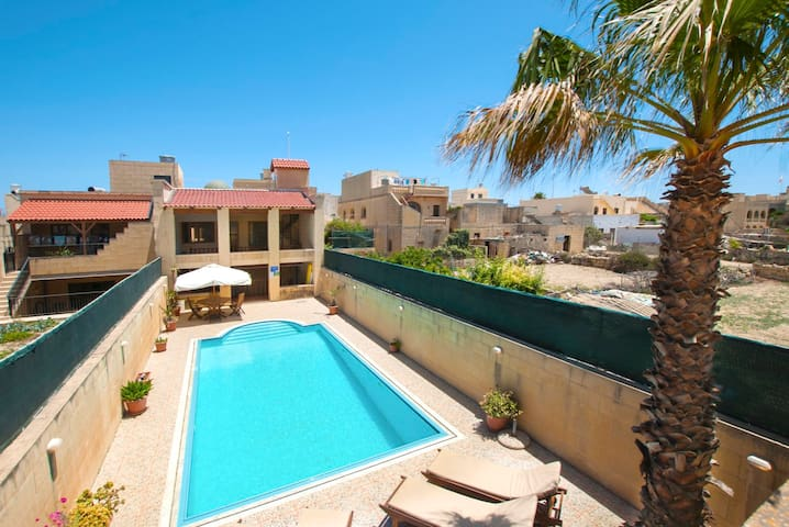 3 Bedroom House with BIG Pool - San Katald - Casa
