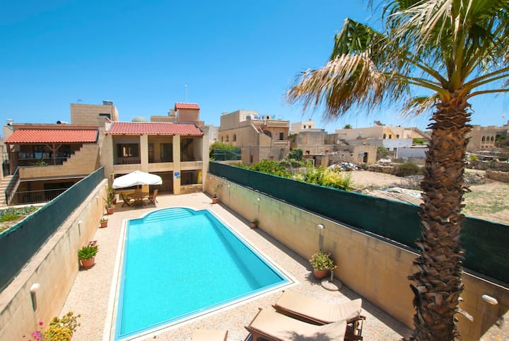 3 Bedroom House with BIG Pool