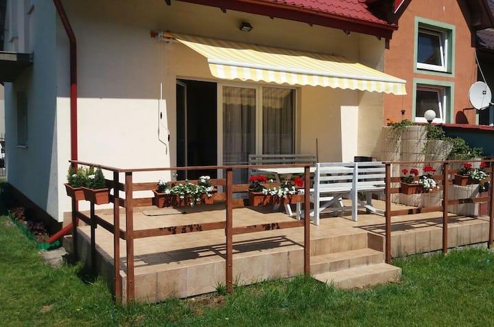 Dom z tarasem, ogródkiem i słońcem