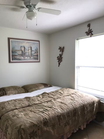 Cozy home, 5min from downtown, 15min from beaches.